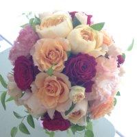 バラと丸みのあるアンティークローズをあわせたキュートなブーケ